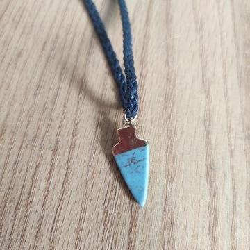 Niebieski wisiorek z rzemykiem materiałowym