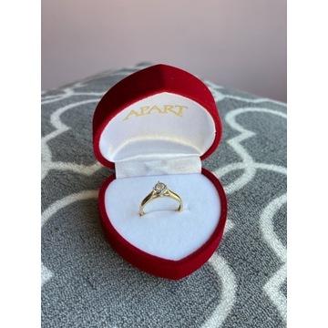 Złoty pierścionek zaręczynowy z diamentem 0,15 ct