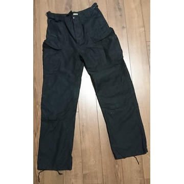 Czarne spodnie taktyczne, bojówki.