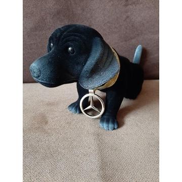 Pies z głową kiwającą Mercedes jamnik piesek .