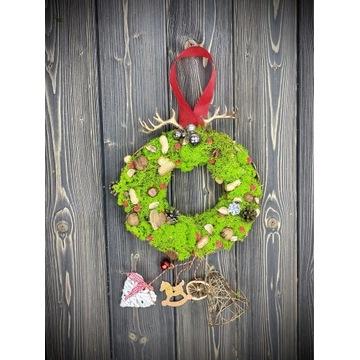 Śliczny świąteczny wianek z mchu. Boże Narodzenie