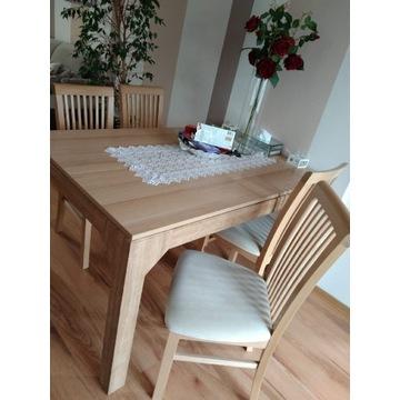 Stół z krzesłami, łóżko, komoda