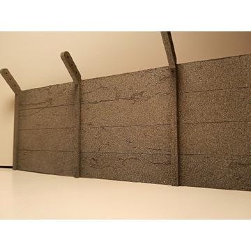 Płot betonowy w skali 1:32. Materiał karton.