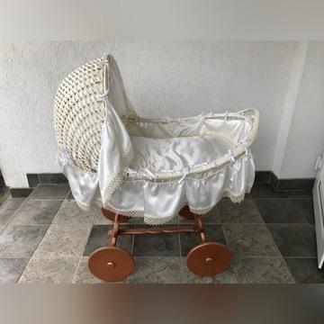 Wózek pełnowymiarowy z wikliny na kołach z drewna