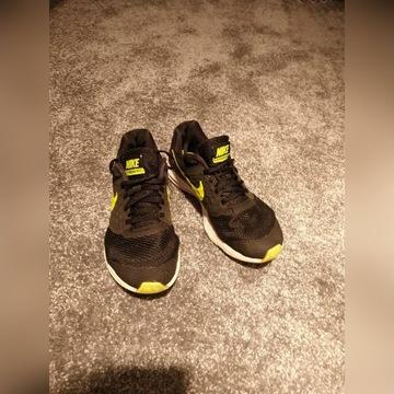 Buty sportowe Nike.