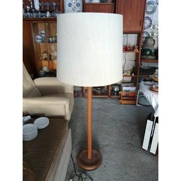 Duża stojąca lampa na drewnianej nodze