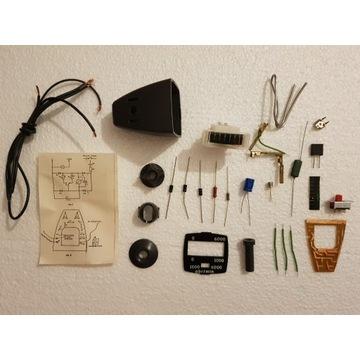 Młody elektronik Tester obrotów silnika samochodu