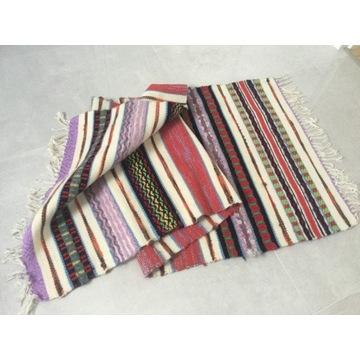 Kolorowy dywanik z frędzlami