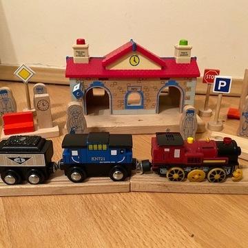 Tory drewniane,  Dworzec, Lokomotywa na baterie