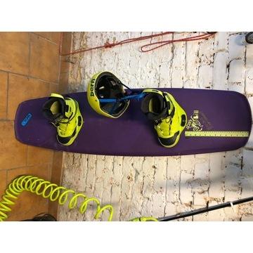 Wakeboard Ronix 145 z wiązaniem i kaskiem komplet