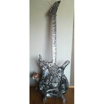 Gitara ze stali, złomu, prezent, wystawa, biuro