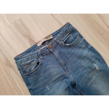 Spodnie z wysokim stanem, dziury na kolanach