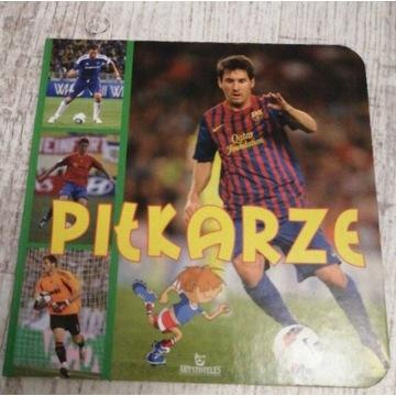 książka z ilustracjami piłkarzy