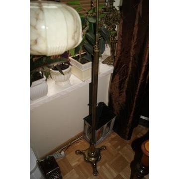 Piękna lampa podłogowa na lwich łapach