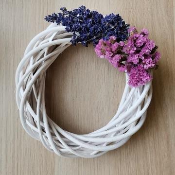 Wianek z kwiatami lawenda 20cm biały wiklina