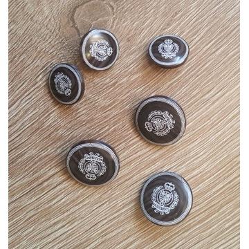 Guzik brązowe plastikowe z herbem 18 mm- 2 sztuki