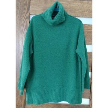 Zielony sweter oversize golf z domieszką wełny