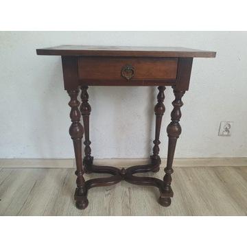 Drewniany zdobiony stolik.