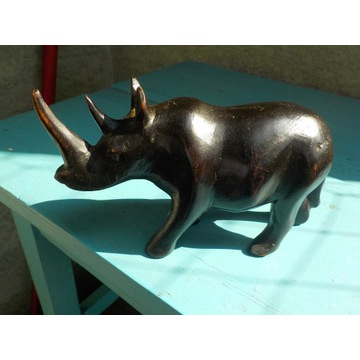 Afrykański rzeźbiony w drewnie nosorożec