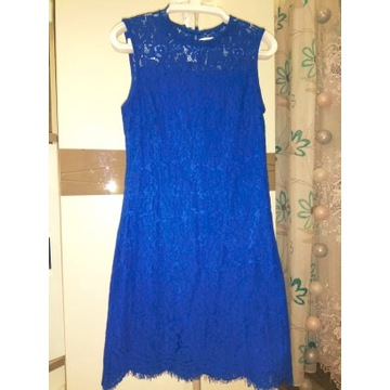 Koronkowa chabrowa sukienka marki Reserved