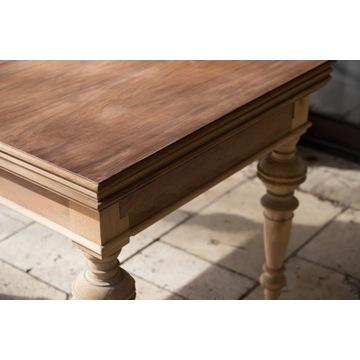 stół na ntoczonych nogach