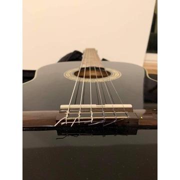 Klasyczna drewniana gitara