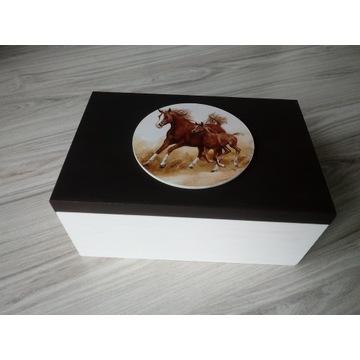 Duże drewniane pudełko z końmi  20cm x 30cm
