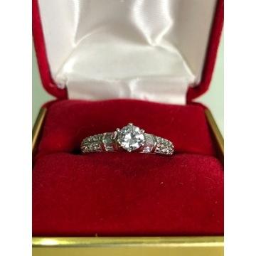 Złoty pierścionek 2,72g z cyrkoniami
