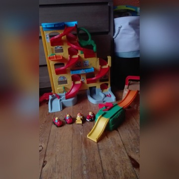 Zjeżdżalnia Little People i plac budowy