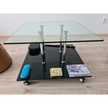 Szklany stolik kawowy na kółkach