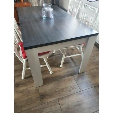 Duży, solidny stół.