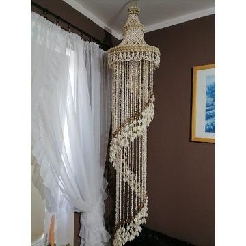 Lampa z muszelek ręcznie robiony.