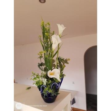 kompozycja kwiatowa ze sztucznych kwiatow