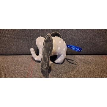 Słonik z szeleszczącymi uszami
