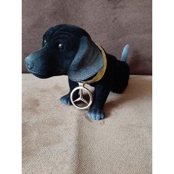 Piesek z głową kiwającą Mercedes jamnik pies.