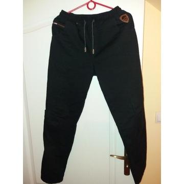 Czarne spodnie chłopięce r. 164/170