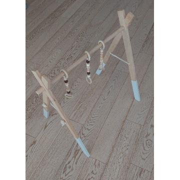 Drewniany baby gym z zawieszkami