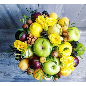 Bukiet z owoców, orzechów i kwiatów
