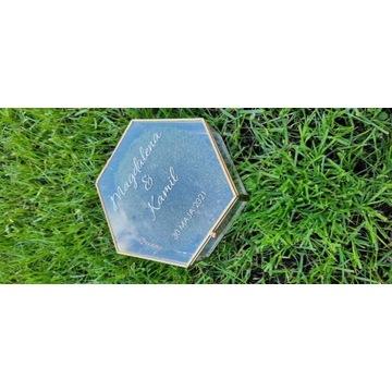 Szklana złota  szkatułka na obrączki