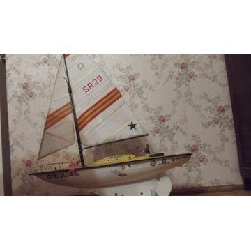 Jacht żaglowy sterowany zdalnie.