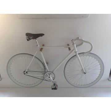 Biały rower, ostre koło, fixed gear