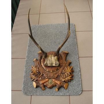 Poroże jelenia na rzeźbionej desce drewnianej