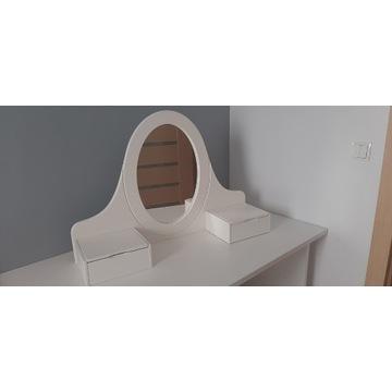 Biała toaletka z lustrem i dwoma szkatułkami.