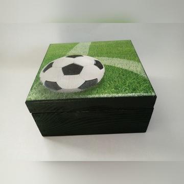 Drewniana szkatułka z piłką