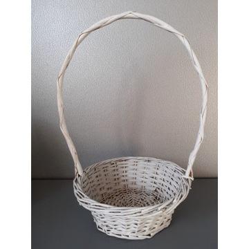 Biały wiklinowy koszyk