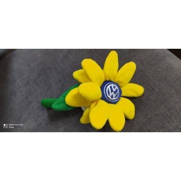 Żółty kwiat Volkswagen New Beetle oryginał garbus