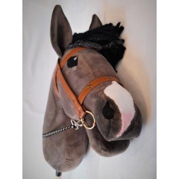 Rasowy Hobby Horse ze zdobionym ogłowiem   AmIga