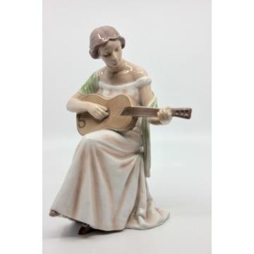 Porcelanowa figurka Dziewczyna z gitarą