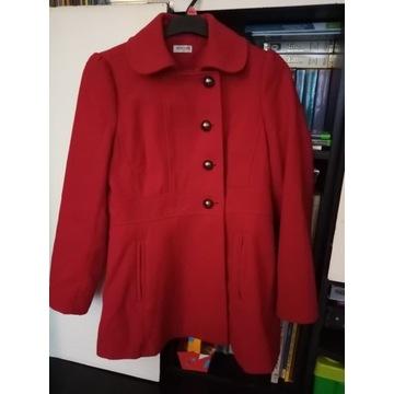 Czerwony płaszcz zimowy