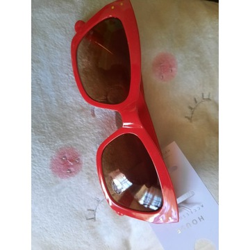Okulary przeciwsloneczne w oprawie czerwonejHouse